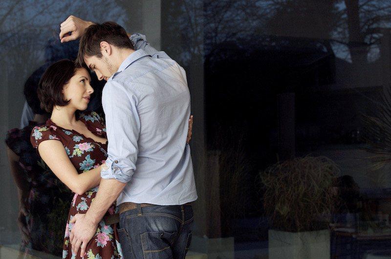Couple attiré amoureusement