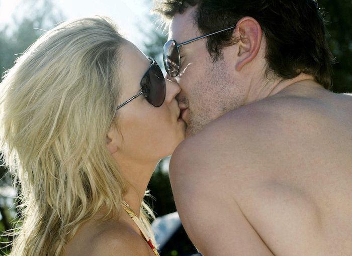 Couple s'embrassant langoureusement