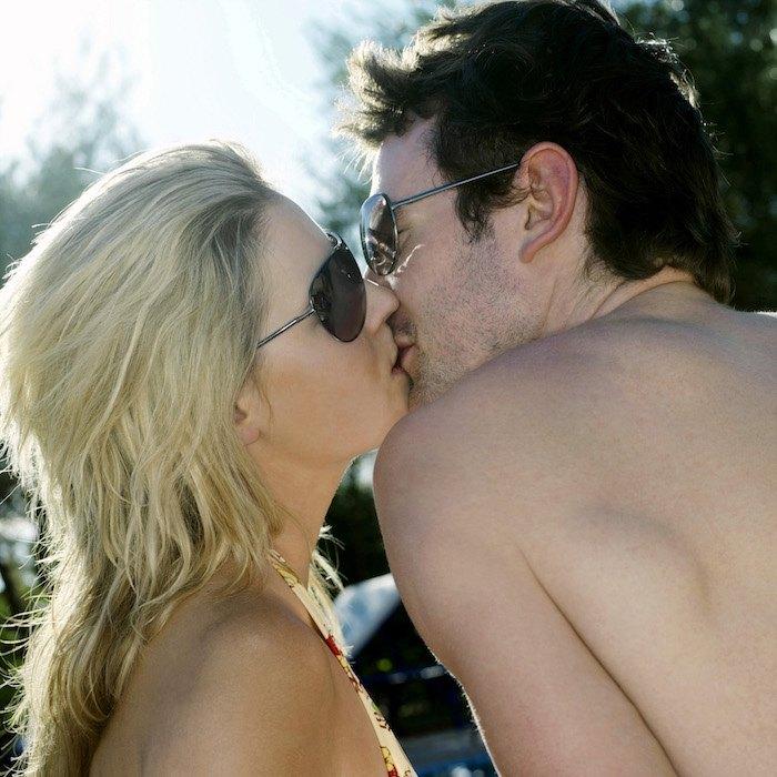 Couple s'embrassant langoureusement, magie de Lybrido ?